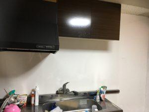 白のキッチンパネルを貼りキッチンが明るくなりました