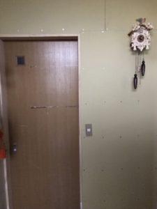 電気のコンセントは子供が使いやすい位置に。ドアも使えるドアを使いました